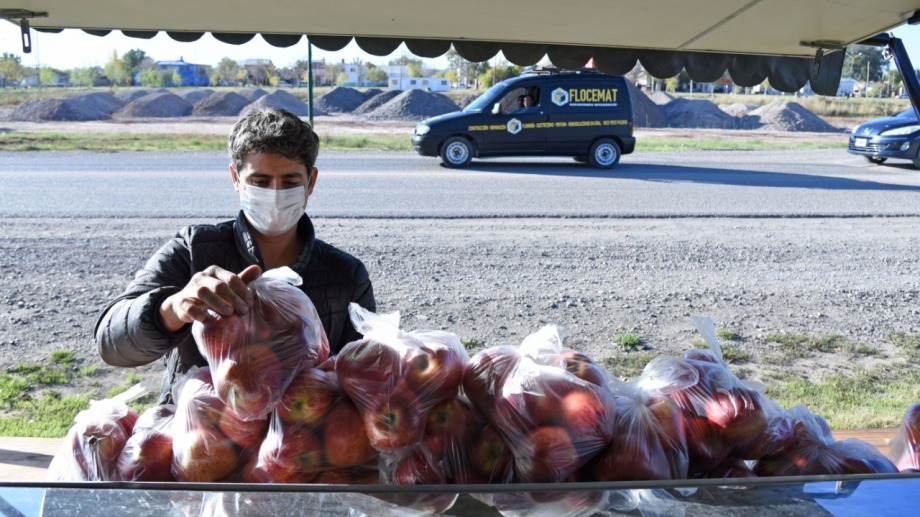 Enrique vende sus manzanas en la ruta chica. (Fotos Florencia Salto)