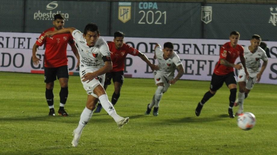 Así pateó el penal Luis Miguel Rodríguez, que abrió la cuenta para Colón contra el Rojo.
