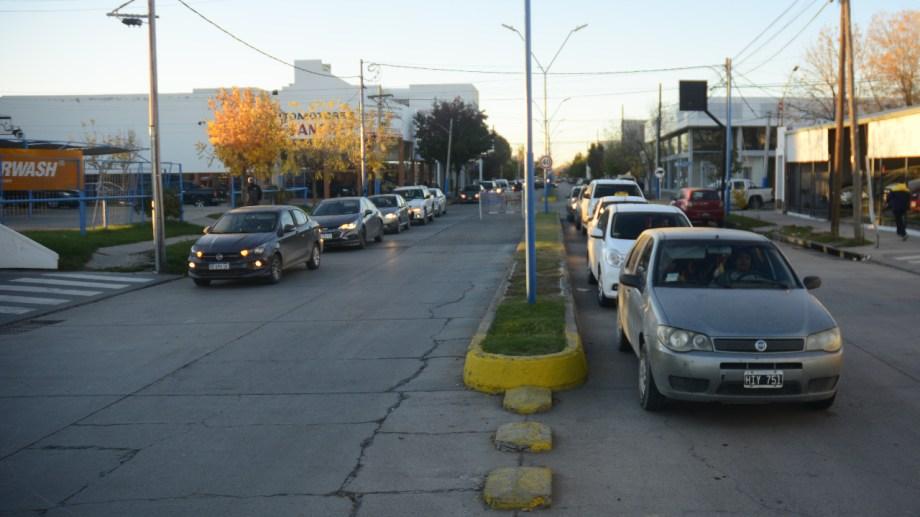A esta hora se pueden observar largas colas en las estaciones YPF, de Roca. (foto: Andrés Maripe)