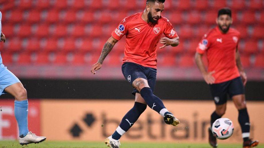 Luego del escándalo que sufrió en el aeropuerto, el Rojo visita a Bahía por la Copa.