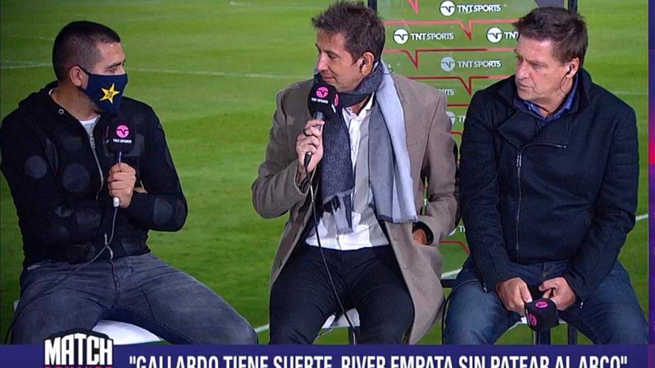 Riquelme habló con los equipos de transmisión oficial de la Copa de la Liga Profesional. En la foto, su diálogo con Juan Pablo Varsky.