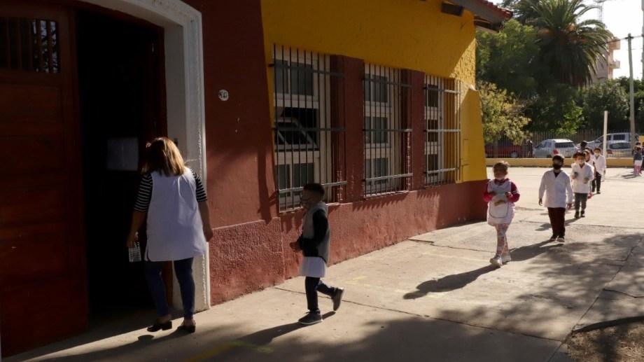 En Río Negro, las clases se mantienen con modalidad combinada de presenciales y de virtuales. Foto: Marcelo Ochoa.