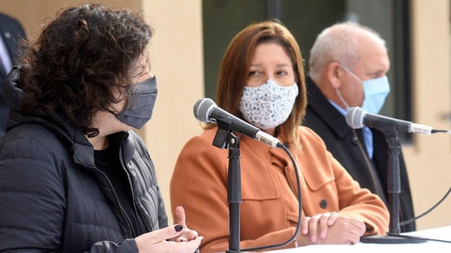 La ministra de Salud, Carla Vizzotti, junto a la gobernadora Arabera Carreras y el ministro de Salud provincial Fabián Zgaib. (Florencia Salto)