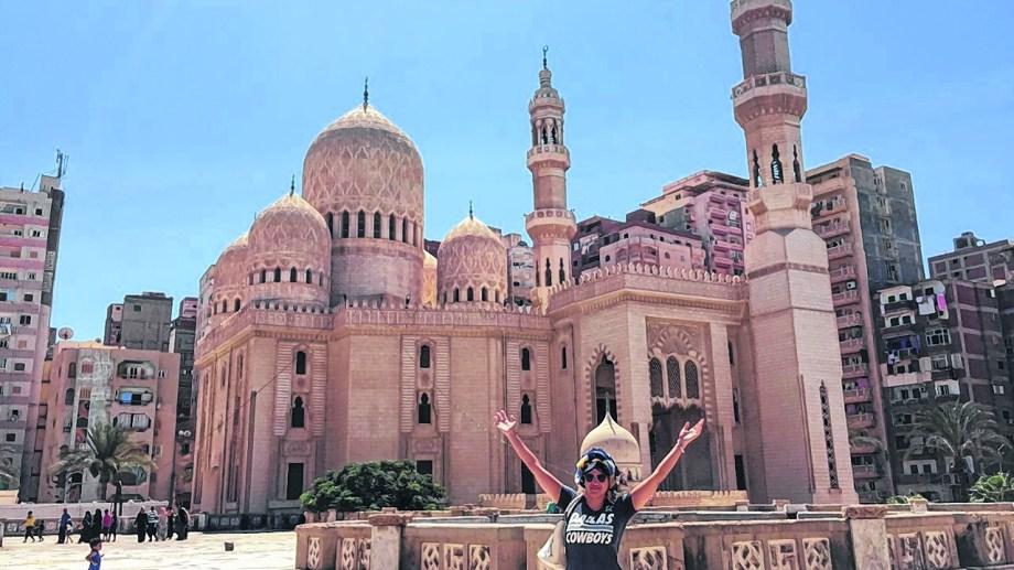 En Alejandría, Egipto, con la mezquita detrás.