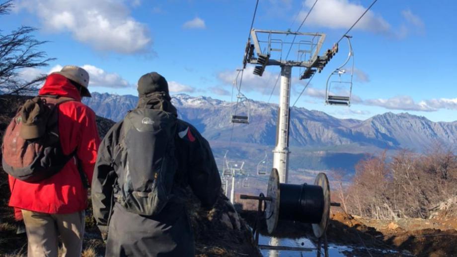 Unas 30 personas trabajan en el cerro Perito Moreno para habilitar los nuevos medios. Foto: gentileza