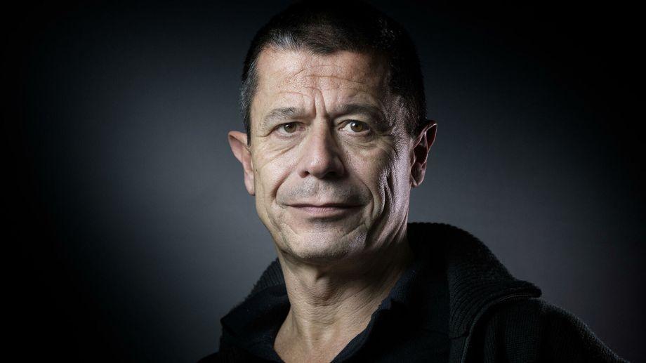 Nacido en París en 1957, Carrère es escritor, guionista y realizador francés, diplomado por el Instituto de Estudios Políticos de París.