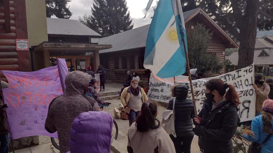 Un grupo de vecinos reclamó frente a la municipalidad e Villa La Angostura por el déficit habitacional. gentileza Diario Andino