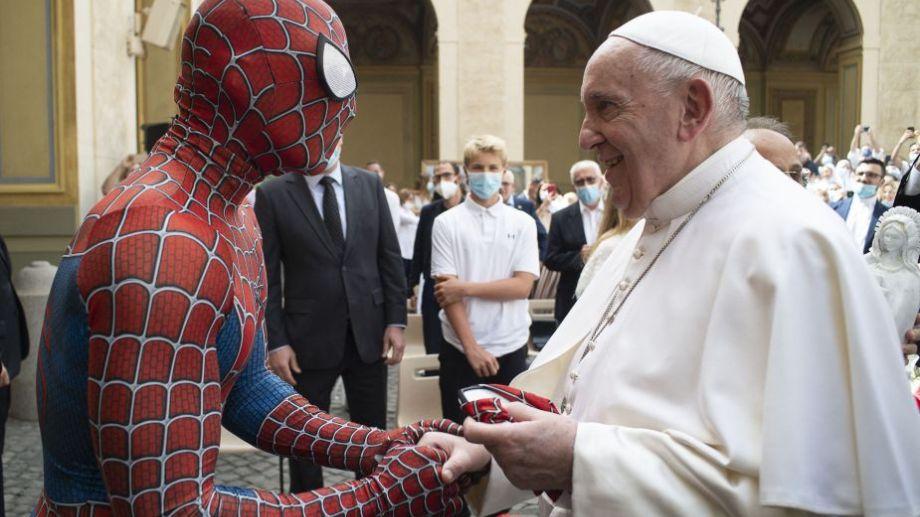 """El papa Francisco, en una foto poco frecuente para un evento papal, saludó hoy en el Vaticano a un """"Hombre Araña solidario"""" que le regaló su máscara. Foto: AFP.-"""