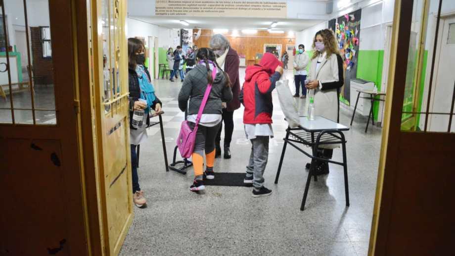 El regreso de los alumnos en la Escuela Primaria N° 261. Foto: Marcelo Ochoa.