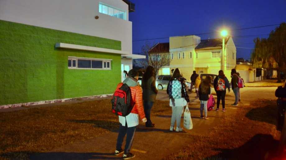 El ingreso en la Escuela Primaria N° 319. Foto: Marcelo Ochoa.