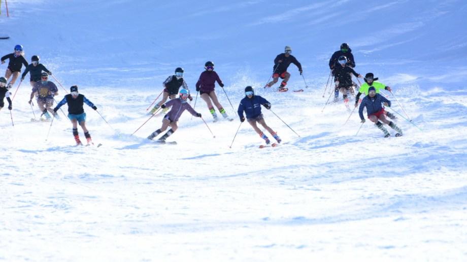 El Cerro Perito Moreno está a 25 km al noroeste de El Bolsón y a 120 km de Bariloche.