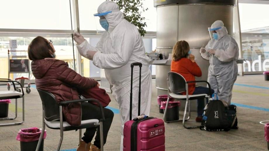 El especialista Rodrigo Quiroga recomendó cinco días de aislamiento a los viajeros, más allá del resultado de los test. (Gentileza).-