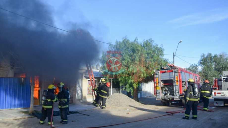 Los bomberos combatieron rápidamente el incendio pero el fuego había consumido buena parte de la casa de material.