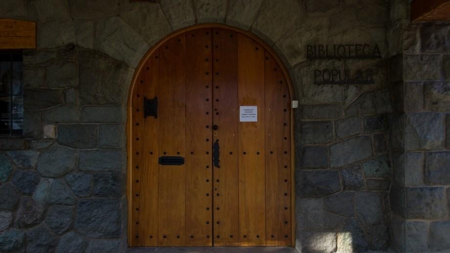 La biblioteca popular Sarmiento está en el Centro Cívico, con la sala de lectura cerrada pero con el espacio de teatro habilitado y sin recursos. Foto: Marcelo Martínez