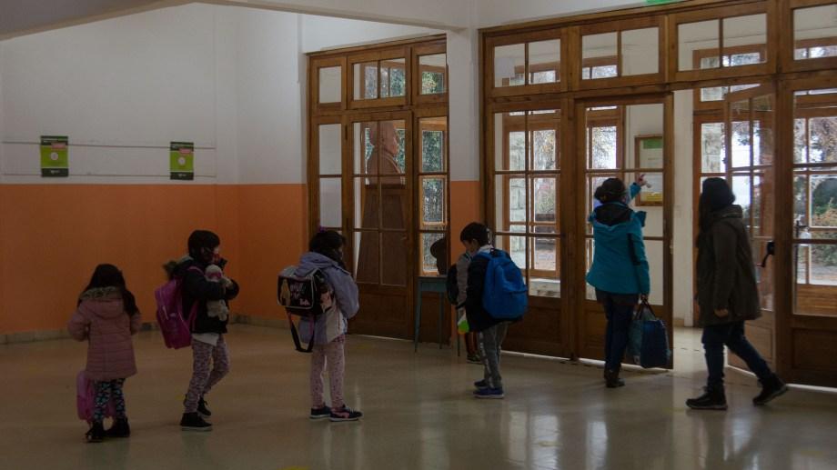 Los chicos de nivel inicial, primaria y especiales volvieron a las aulas este lunes. Foto: Marcelo Martínez