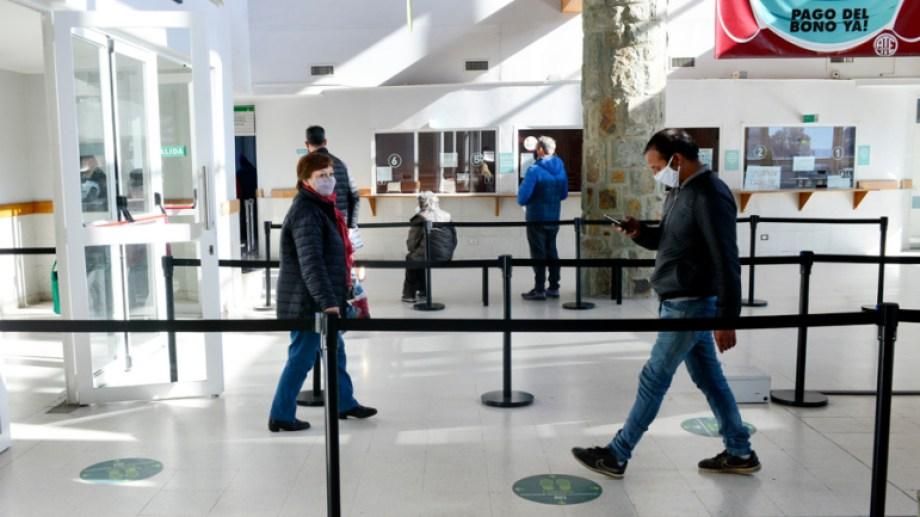En las 24 horas últimas, 32 pacientes se recuperaron y se confirmaron 44 nuevos casos positivos en Bariloche, según los datos oficiales. (foto archivo)