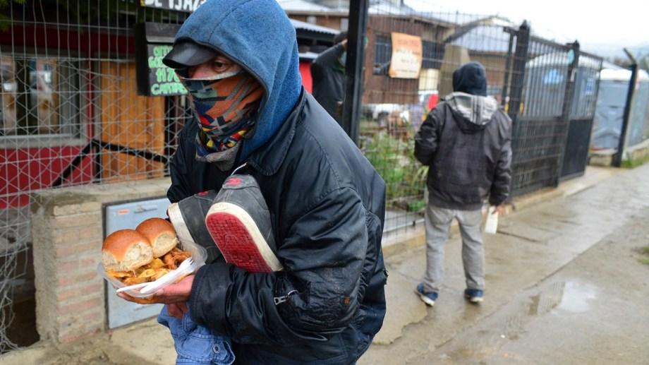 Un hombre en situación de calle se acerca al hogar Emaús en Bariloche en busca de comida y ropa seca. Foto: Chino Leiva