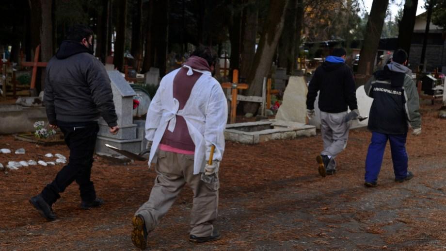 En el cementerio municipal de Bariloche la actividad es permanente. Foto: Chino Leiva