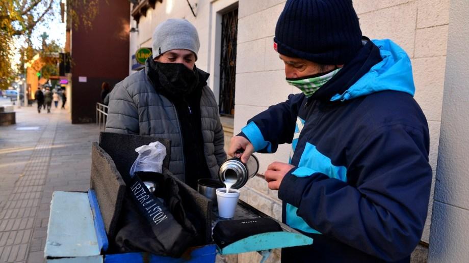 uno de los cafeteros ambulantes del centro de Bariloche lleva alivio ante las temperaturas bajo cero. Foto: Alfredo Leiva