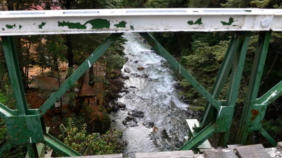 El puente de la ruta provincial 79, sobre el arroyo Goye, en el acceso a Colonia Suiza, fue escenario de la muerte de dos jóvenes en los últimos meses. Foto: Alfredo Leiva