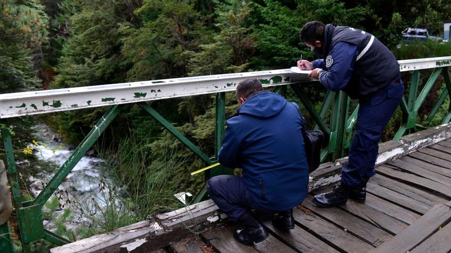 Agentes de la Policía de Río Negro realizan pericias en el puente de la ruta 79 donde cayó la joven al arroyo Goye. Foto: Alfredo Leiva