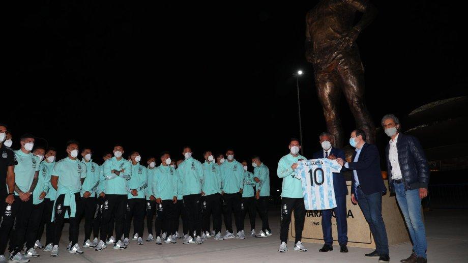 Lionel Messi, Chiqui Tapia y el escultor Carlos Benavídez, inauguraron la estatua al '10' en el acceso al estadio Madre de Ciudades, de Santiago del Estero, sede del partido ante Chile.