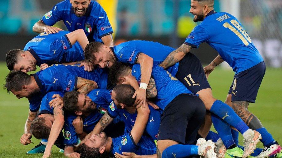 Una montaña de felicidad italiana para festejar el nuevo gol de Locatelli a Suiza.