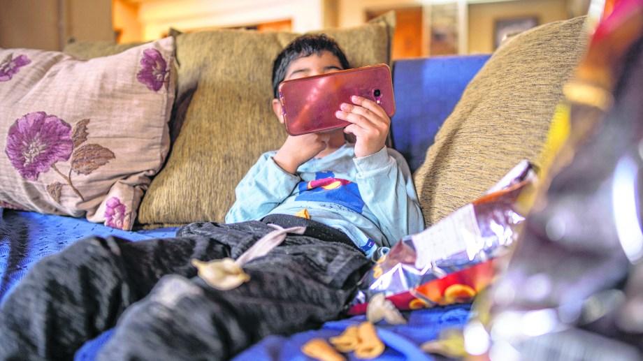 Un 85% de los más de 3 mil padres encuestados aseguraron estar preocupados por el tiempo que sus hijos pasan frente a las pantallas.