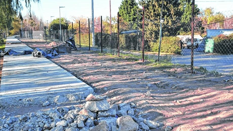 El barrio construye una empalizada hacia la zona costera (Yamil Regules)