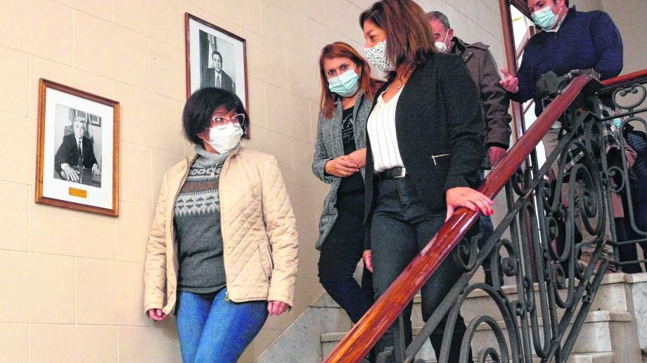 Ayer, la gobernadora encabezó distintos actos. Participó, con directores de los hospitales, en la entrega de tests para el covid. Foto : Marcelo Ochoa