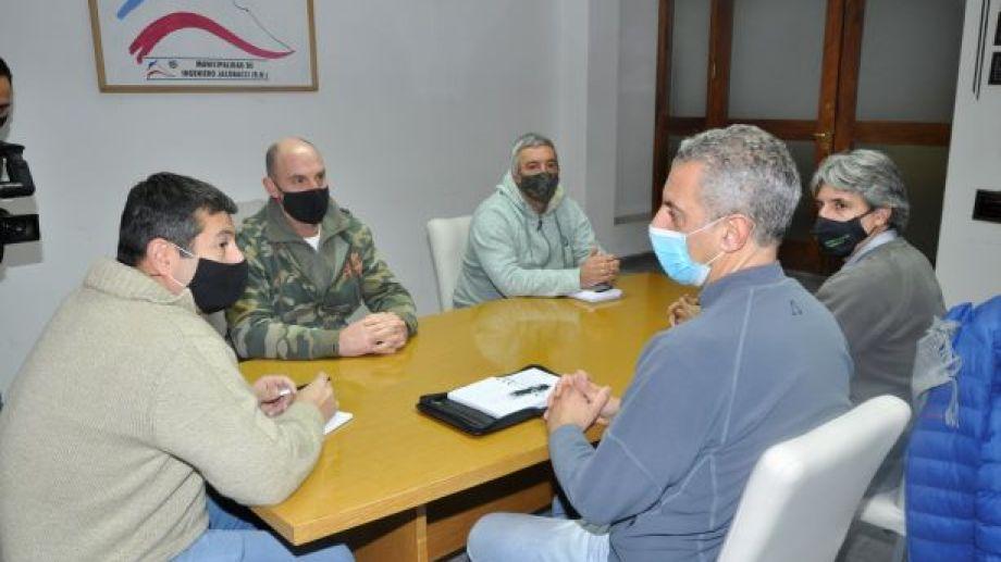 El secretario de  Gobierno del municipio de Jacobacci, Gonzalo Adaime, recibió al Ministro Banacloy y a los funcionarios que lo acompañaban. Foto: José Mellado.