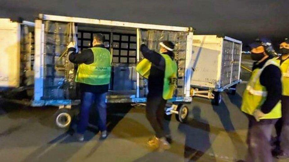 Respiradores donados por Messi están abandonados en el depósito de un aeropuerto.