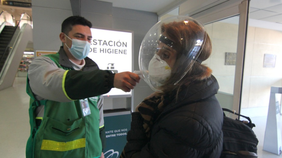 Además de los controles en el aeropuerto, Neuquén incrementará el seguimiento de los que lleguen desde el exterior. Foto: Oscar Livera.