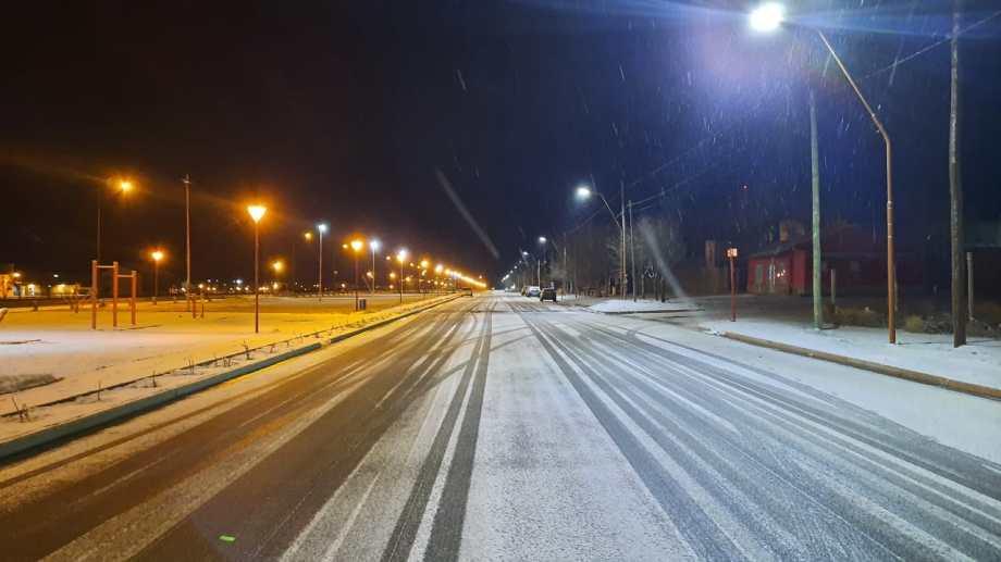 Los Menucos comienza a cubrirse de nieve. Foto: Hugo Muñoz.