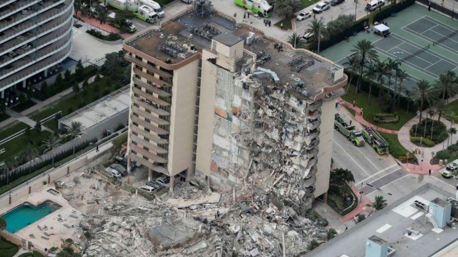 Así quedó el edificio tras el derrumbe. Socorristas buscan a contrarreloj personas vivas entre los escombros.-