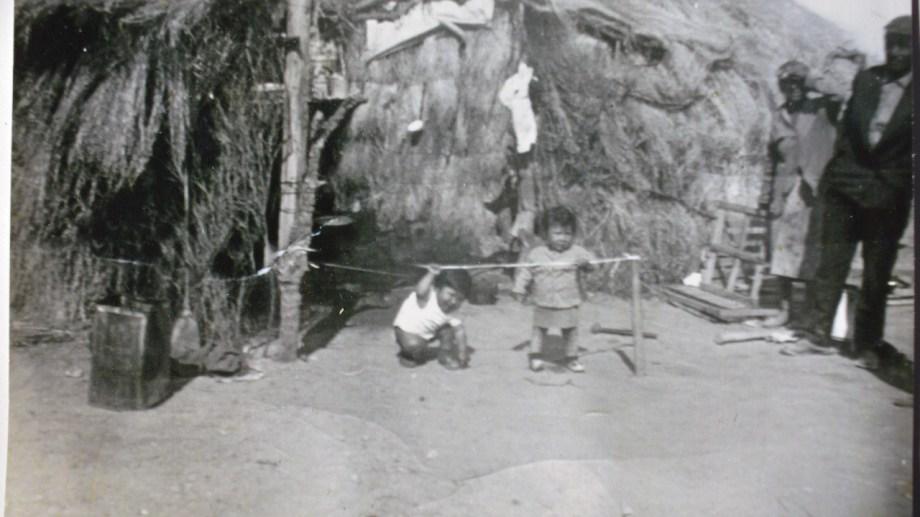 Con niños. Las familias se movilizaban a la costa para realizar la captura artesanl de pulpos. Las mujeres embarazadas y los niños también participaban