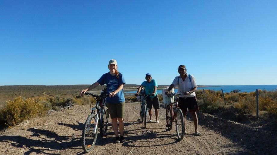En el terreno. Ana Cinti es la bióloga que rescató la memoria de los pulperos de la Patagonia, anda en bicicleta en la costa para hacer sus estudios