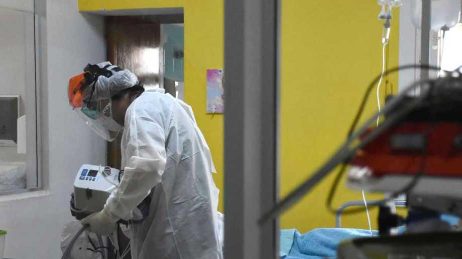 Mientras bajan los casos, las muertes por coronavirus mantienen cifras altas. Foto: Emiliana Cantera