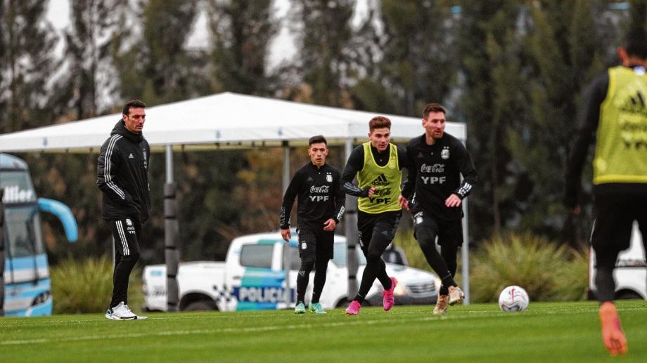 Lionel Messi será el referente de la ofensiva albiceleste en el derby rioplatense. Scaloni podría realizar hasta tres cambios.