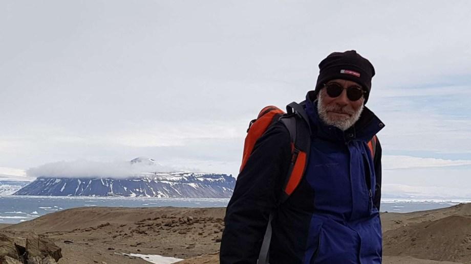 Silvio Casadío eligió dedicarse a la geología, investigar y enseñar. Estudia rocas de Patagonia Norte que permiten reconstruir las condiciones ambientales de hace 66 millones de años.