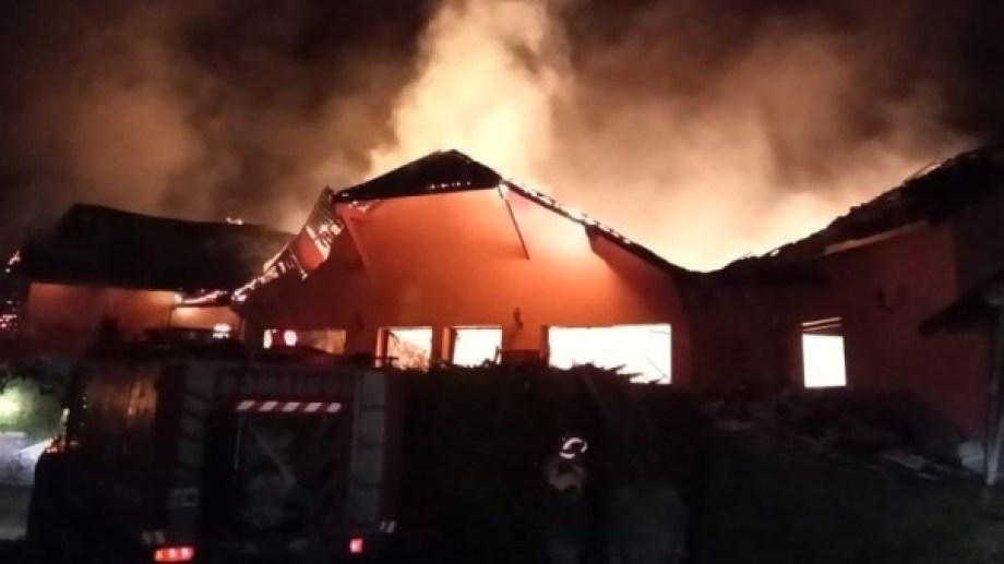 El incendio se desató a las 3 de la mañana. Foto: gentileza FM Paraíso