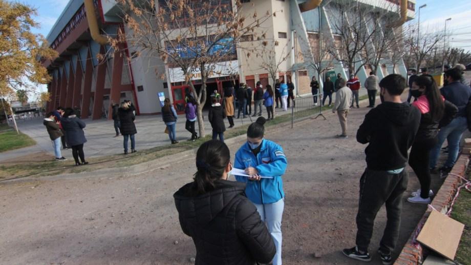 En el Ruca Che se aplicaron el domingo más de 3.200 dosis. Foto: Oscar Livera.
