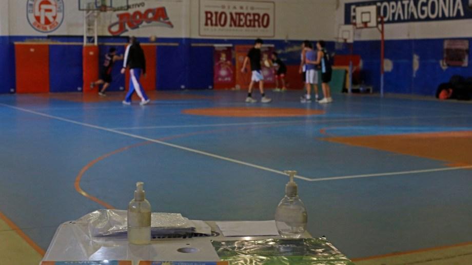 Con protocolos, desde ayer se reactivaron los entrenamientos en los diferentes espacios abiertos y cerrados de los clubes roquenses. (Foto: Juan Thomes)