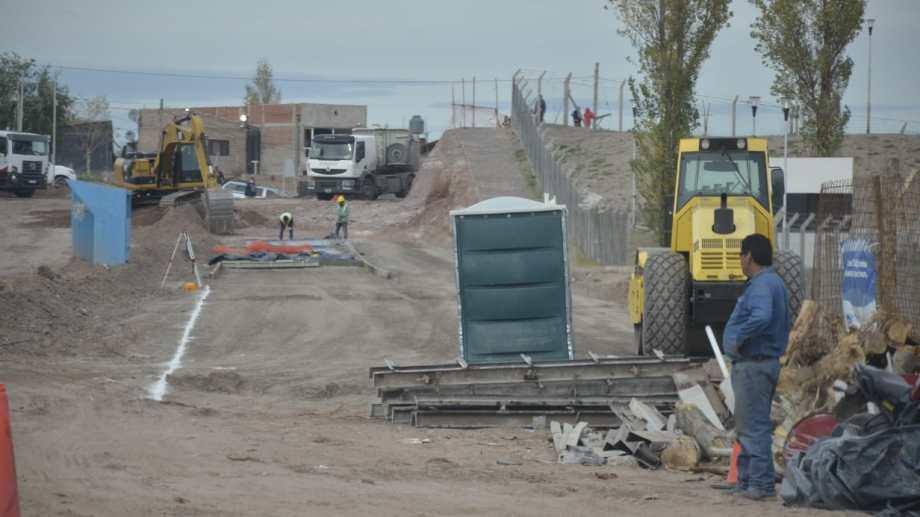 En gran  Neuquén Norte comenzaron las tareas previas a la pavimentación (foto Yamil Regules)