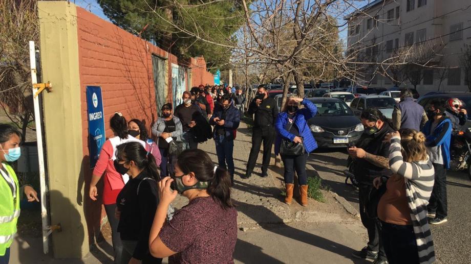 Después del audio que circuló por WhatsApp se formó una extensa fila en el Don Bosco. Foto: Yamil Regules