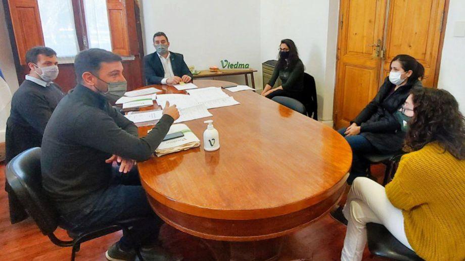 Hubo una reunión entre beneficiarios y autoridades municipales. Foto Gentileza Municipalidad de Viedma.