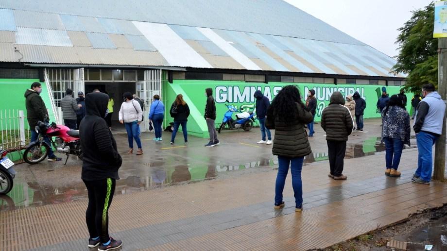 Hubo una larga fila que daba una vuelta al vacunatorio de Viedma. Foto: Marcelo Ochoa.