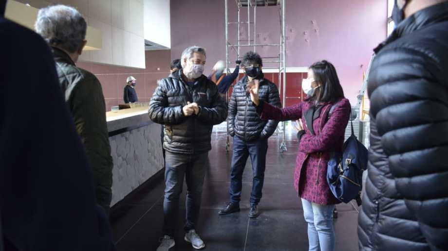 El subsecretario de Cultura de la municipalidad, Mauricio Serenelli, explica a los concejales  los alcances del incendio (foto Yamil Regules)