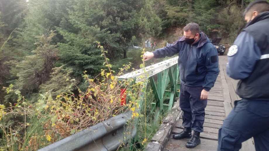 La investigación preliminar indica que la joven cayó desde el puente ubicado en la ruta provincial 79 al arroyo Goye, en Colonia Suiza. (Foto: Alfredo Leiva)