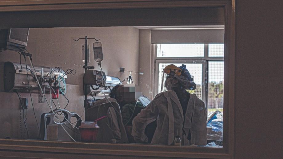 La edad promedio de ingreso a internación bajó a 50 años, señaló el director del hospital. Foto Juan Thomes.